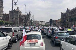 En vehículos, cientos protestan contra políticas de AMLO